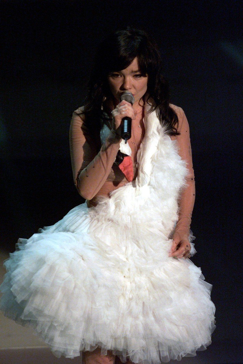 8. kép: Björk hattyúruhája a legemlékezetesebbek egyike: a 73.-ik Annual Academy Awards-ról ha valami, erre biztosan emlékszünk
