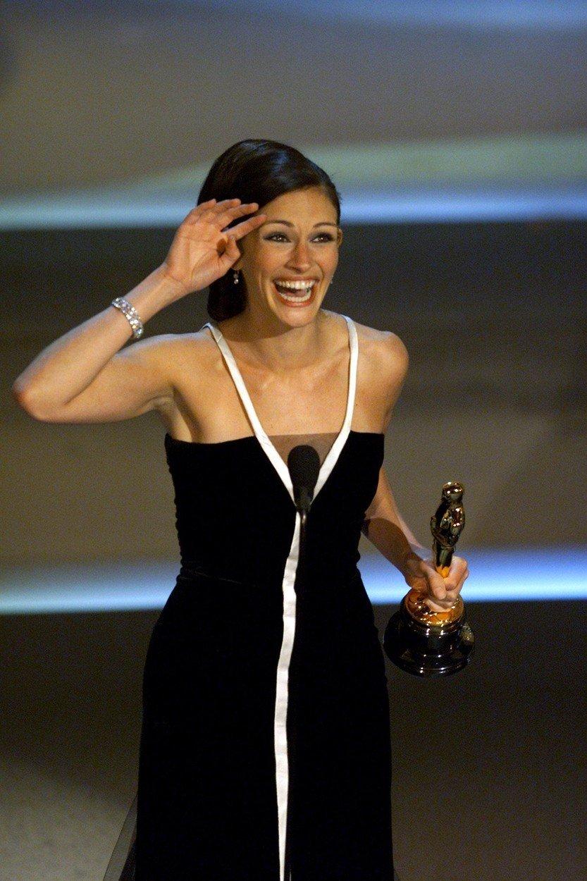 9. kép: Julia Robert ebben a Valentino ruhában vette át Erin Brockovich alakításáért az Oscar-szobrot2001-ben