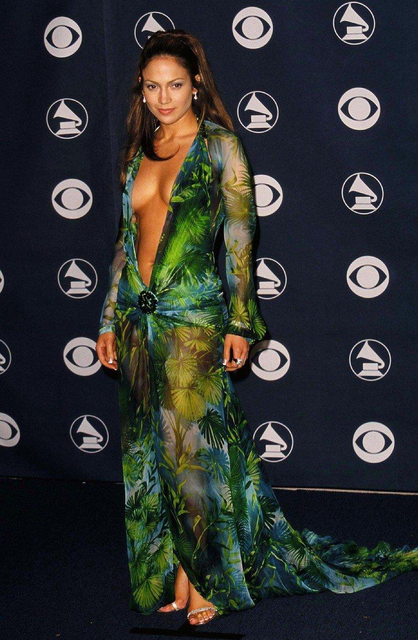 10. kép: Jennifer Lopez ezzel a Versace ruhával szerintünk azóta is tartja a legmélyebb dekoltázs díját - 2000, Grammy díjátadó