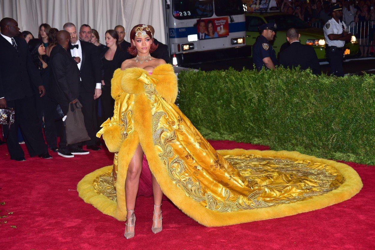 11. kép: Rihanna 2014-es Guo Pei darabjából rengeteg mém is készült