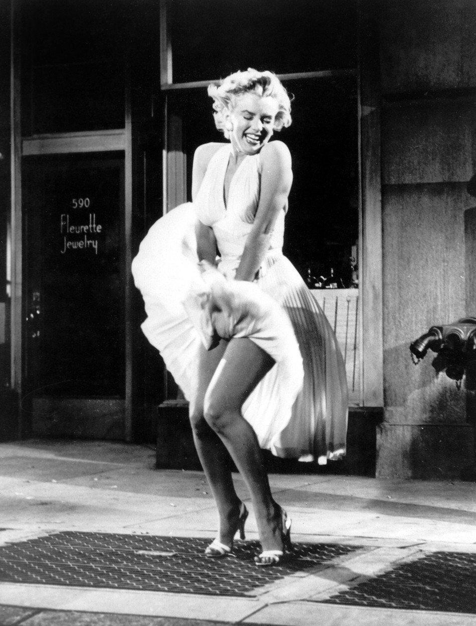 13. kép: Marilyn Monroe fehér plisszírozott ruhája (és persze a szoknyelibbentős) jelenet beírta magát a filmtörténetbe, még 1954-ben