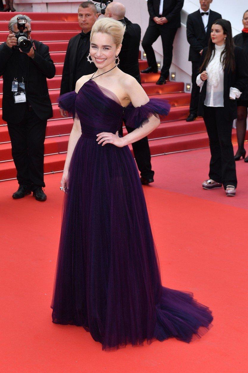 11. kép: A film Cannes-i premierjén egy lila, tüllös Christian Dior Couture-ruhában