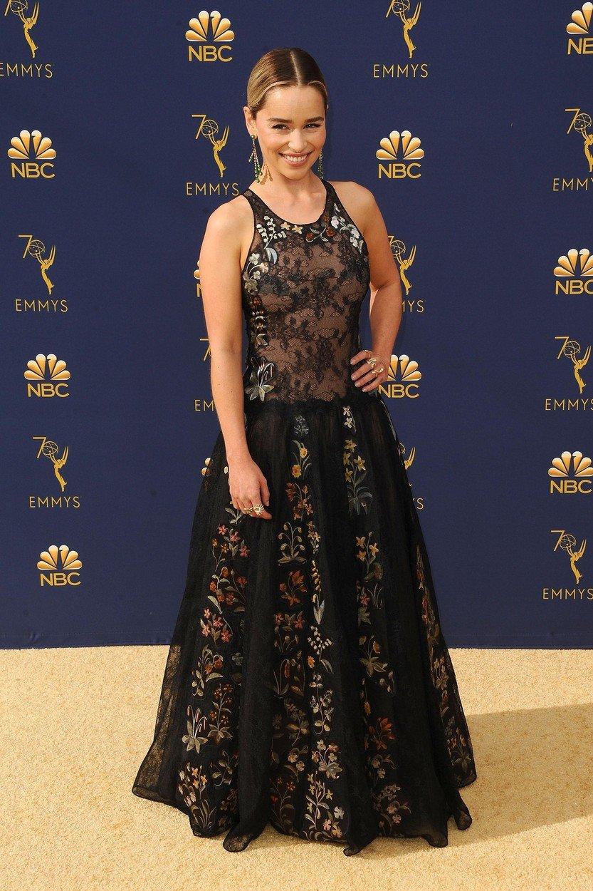 7. kép: A tavalyi Emmy-gálán egy hímzett, csipkés Christian Dior Couture ruhát viselt Emilia Clarke