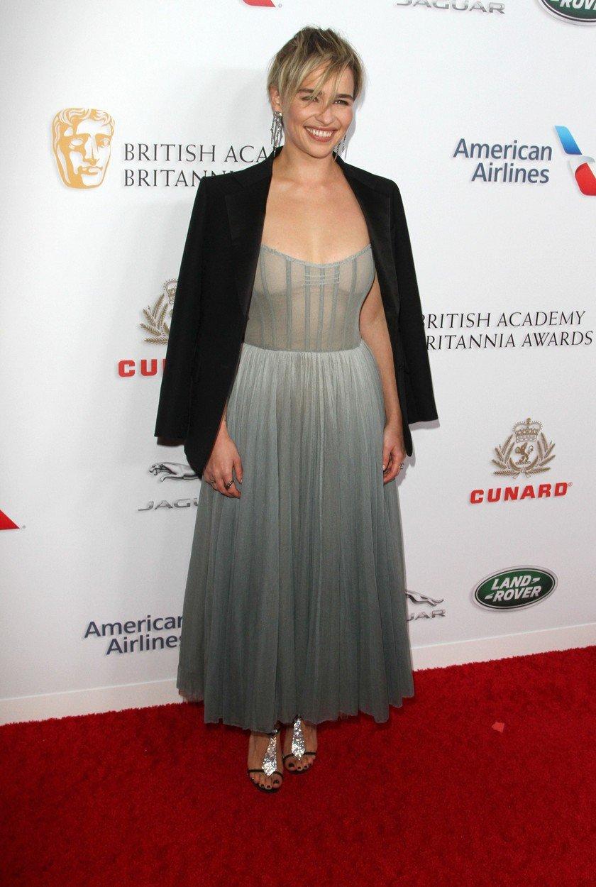 6. kép: A szinte áttetsző Dior-ruhát egy fekete blézerrel viselte a British Academy Britannia díjátadóján