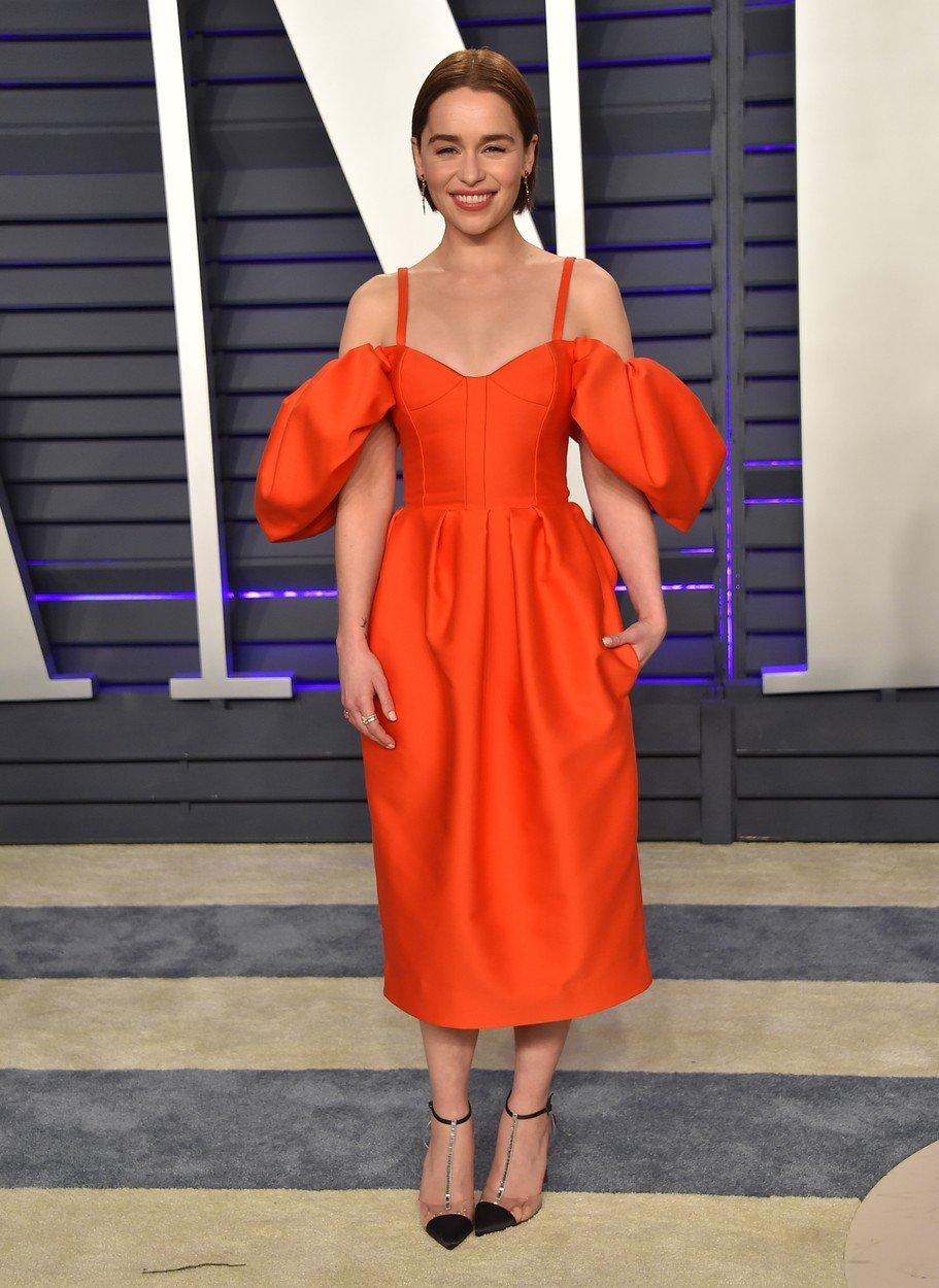 4. kép: A Vanity Fair Oscar-partiján egy narancsos-vörös Rosie Assoulin darabot viselt a színésznő