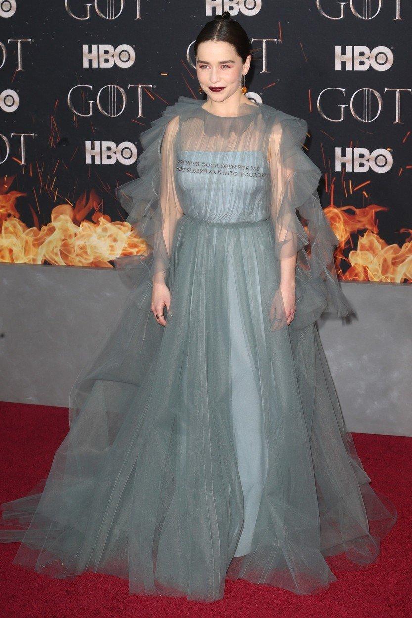 2. kép: A sorozat legújabb éveadának premierjén egy tüllrengeteg Valentino ruhát viselt.