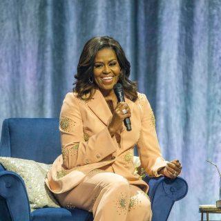 Michelle Obama csillogó kosztümben