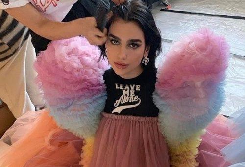 Így viseli Dua Lipa a Viktor&Rolf ikonikus ruháját
