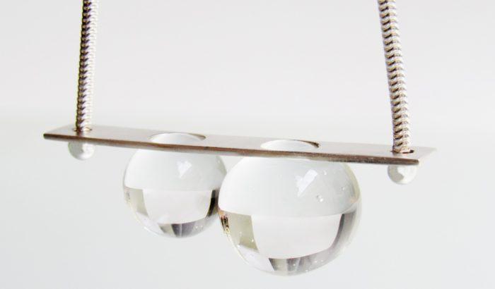 Optikai játék kifinomult magyar üvegékszerbe zárva