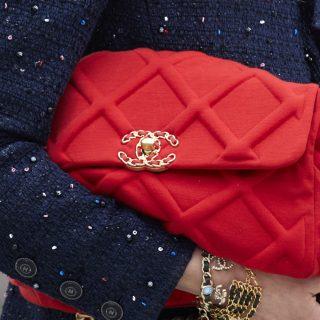 A Chanel bemutatta a vadonatúj Chanel 19 táskát