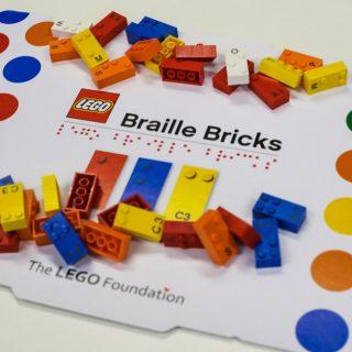 Braille-írásra tanítja a gyerekeket a LEGO újdonsága