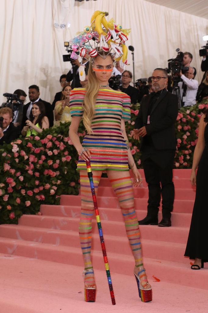 2. kép: Cara Delevingne Dior Haute Couture öltözéket viselt.