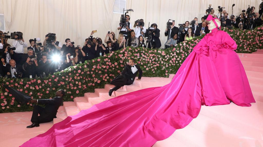 5. kép: Lady Gaga nem kevesebb, mint négyszer öltözött át az est folyamán, ugyanis ő volt a gála egyik házigazdája (amúgy sem áll tőle távol a figyelemfelkeltés) - Brandon Maxwell ruháit viselte.