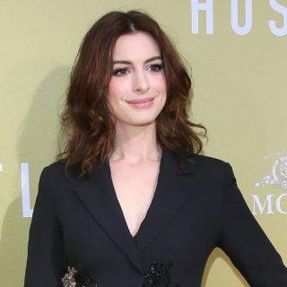 Anne Hathaway különleges kosztümöt viselt legújabb filmje premierjén