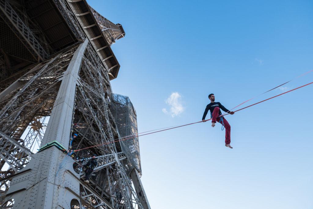 5. kép: Nem a héten másztak fel először az Eiffel-toronyra. Nathan Paulin például a Trocadéro és az Eiffel-torony közé kifeszített kötélen egyensúlyozott és sétált végig 2017-ben.