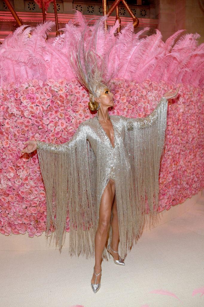 12. kép: Celine Dion természetesen viseli a leglátványosabb szetteket is: a MET-gálára egy hamisíthatatlan Vegas-i showgirl öltözékben, Oscar de la Rentától.