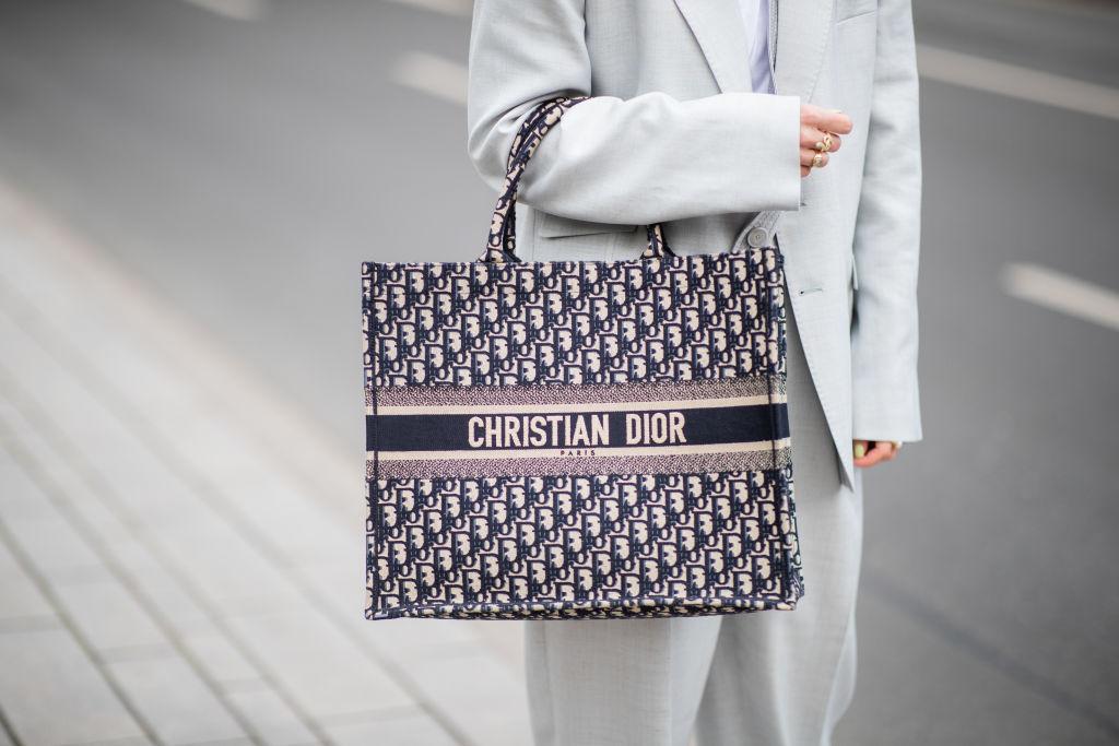 11. kép: Minden szezonban megújul és a kézművességet dicséri a Dior Book Tote, amelyet Maria Grazia Chiuri 2018 tavasza óta újít, egyébként Marc Bohan egy 1967-es tervéből kiindulva