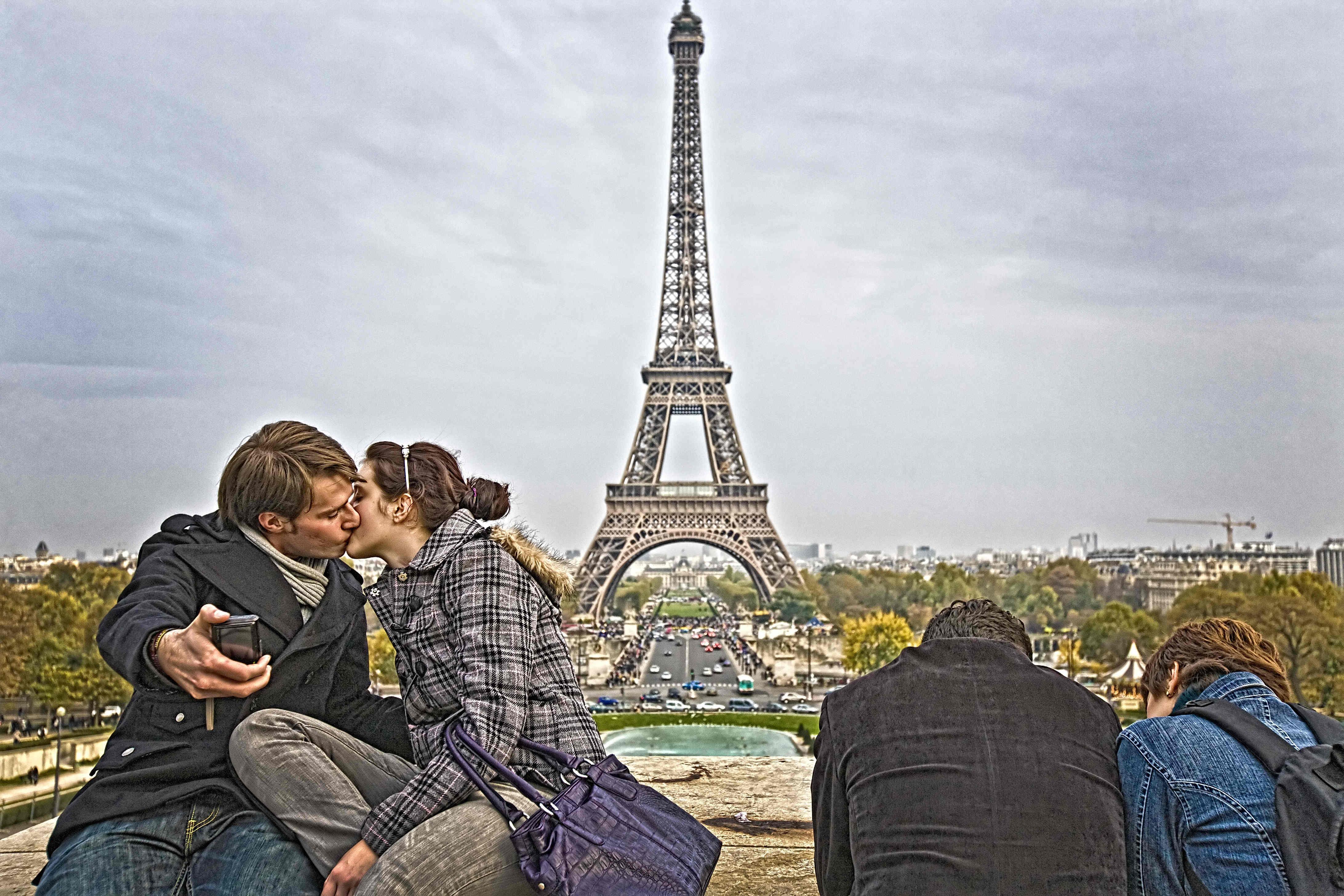 7. kép: A szerelmesek is hozzá tartoznak az Eiffel-toronyhoz, ahogy ma már egy szelfi is elengedhetetlen, ha Párizsban jár az ember.