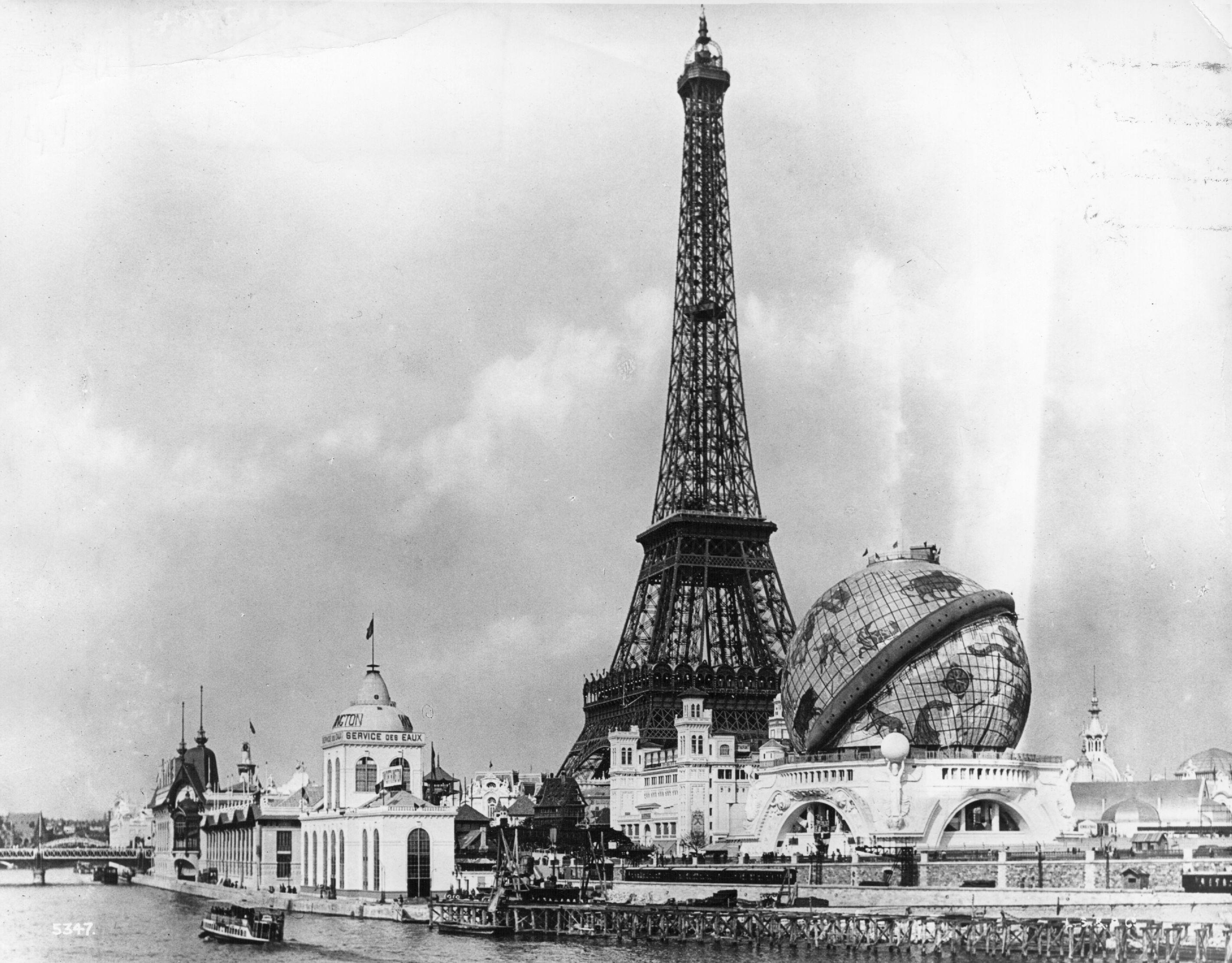 2. kép: A Párizsi Világkiállításra nem csak az Eiffel-torony, hanem a 'Globe Celesete' is felépült, a torony közelében.