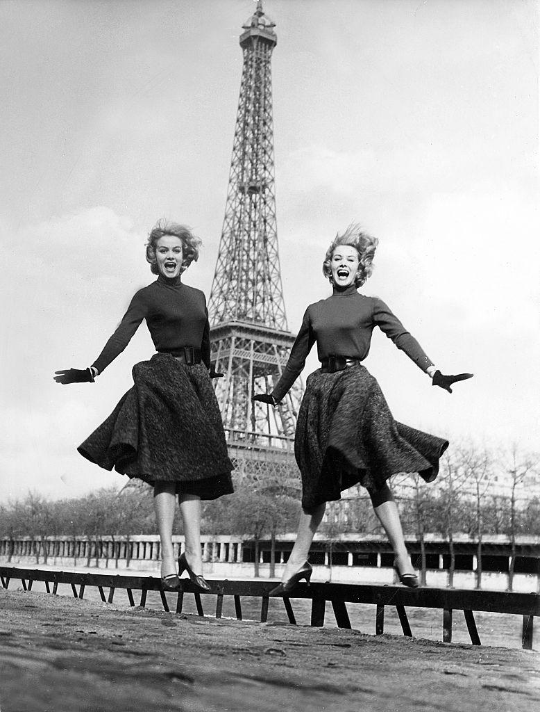 4. kép: A Kessler-nővérek, Alice és Ellen, a hatvanas évek népszerű táncos- és énekesnői is lelekesen pózolnak az Eiffel-toronynál.