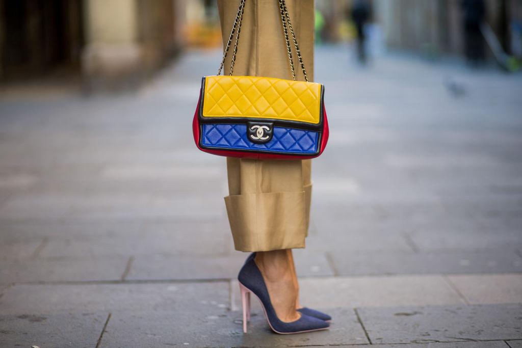 4. kép: A Chanel klasszikus Flap bagje  1955 óta nők vágyainak tárgyát képezi, maga Coco Chanel forradalmasította a nők táskáit
