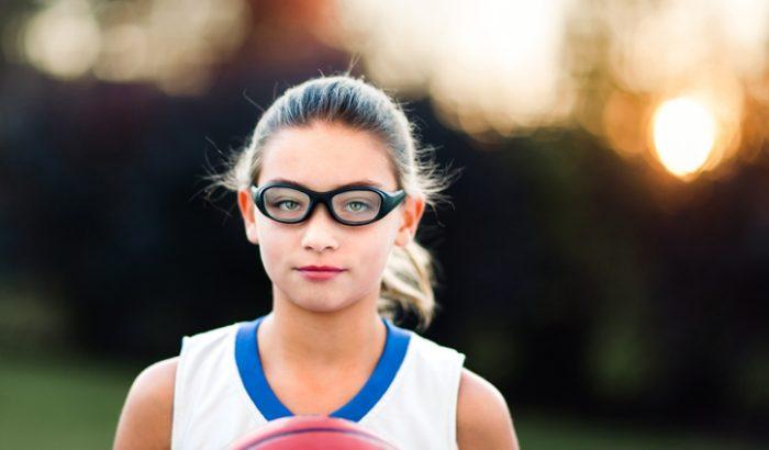Szemüvegben sportolni több szempontból veszélyes