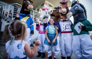 Világszerte street fooddal népszerűsítik a lóversenyeket