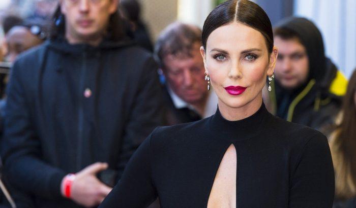 Charlize Theron látványos Givenchy premierruhája