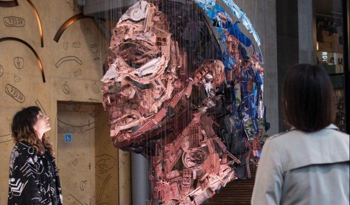 Lenyűgöző az indiai szemétszedőnő óriásszobra Londonban