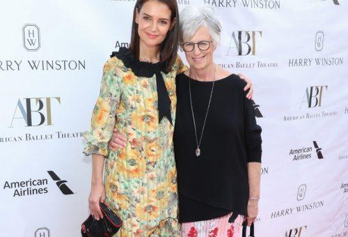 Katie Holmes és az anyukája is gyönyörű volt a virágos ruhájában
