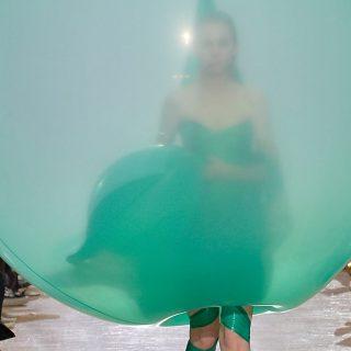 Hatalmas ballonokba burkolva vonultak Tjærandsen modelljei