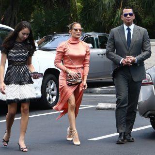 Jennifer Lopez alakformáló fehérneművel teszi tökéletessé a megjelenését