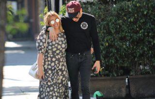 Hilary Duff istenien néz ki tetőtől talpig virágos szettjében