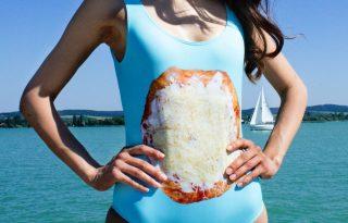 A márka, ami fürdőruhára tette a sajtos-tejfölös lángost