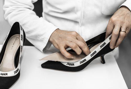 Így készül a Dior ikonikus pömpsze, a J'Adior