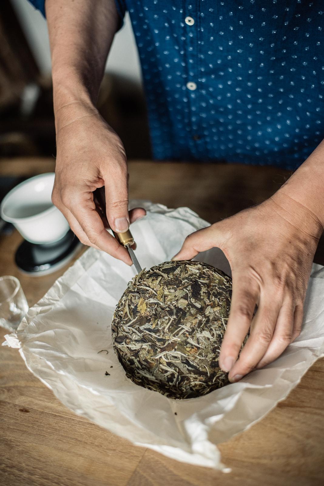 9. kép: Többszáz éves Puerh teakorong kóstolóra