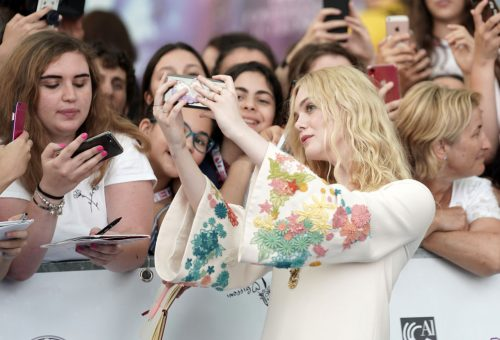 Odavagyunk Elle Fanning hófehér, virágos ruhájáért