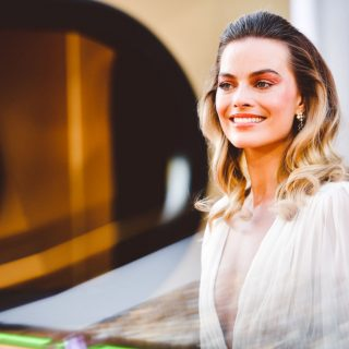 Margot Robbie hófehér Chanel ruhája minden, amire nyáron vágyunk