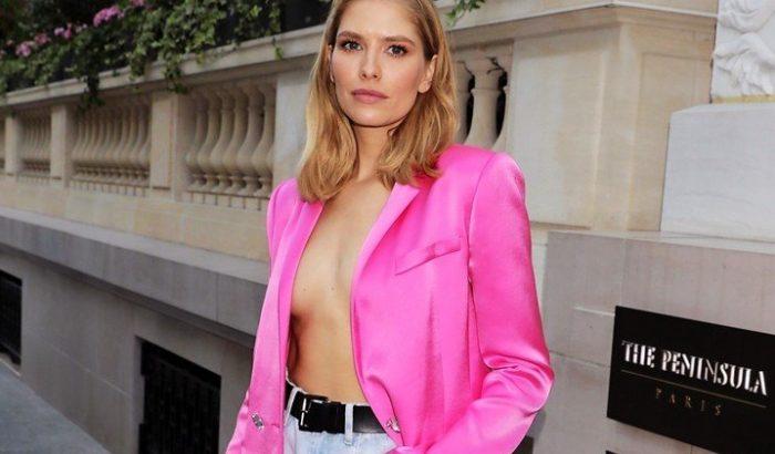 Elena Perminova felső nélkül viselte a pink zakóját Párizsban
