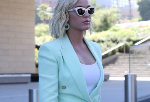Katy Perry fagyiszínű kosztümben ment bíróságra