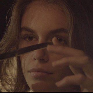 Kaia Gerber őrült rajongót játszik első videóklipjében