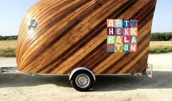Menő fa design-utánfutóval gurul ezentúl az ART HEKK