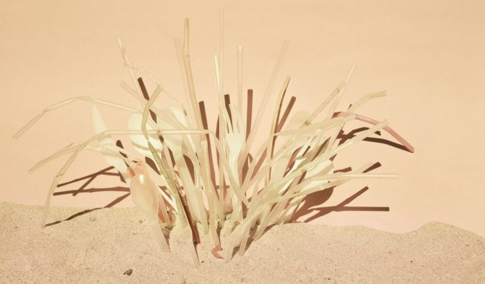 Plastic ocean – művészi parti szemét