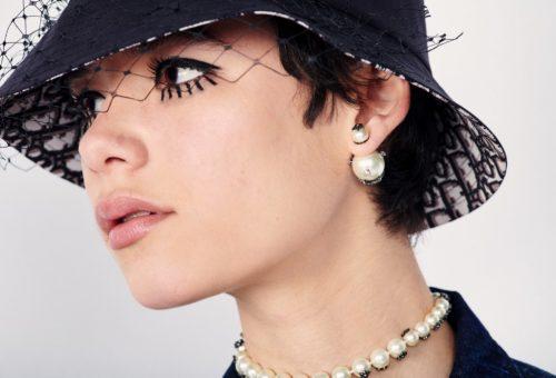 Itt a Dior Teddy-D nyaklánca