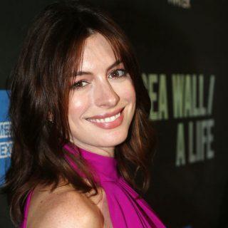 Anne Hathaway megmutatta, hogy a kismamaruhában is van fantázia