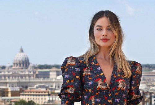 Margot Robbie szexi, retró egyberészesben premierezett Rómában