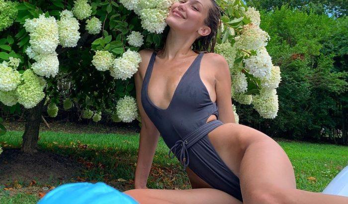 Bella Hadid egyberészes fürdőruhájánál merészebbet nem láttunk idén