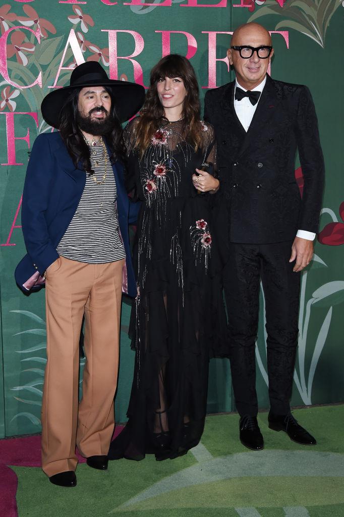 2. kép: Lou Doillon (középen) egy újra felhasznált szárikból készült ruhában, amelyet a Gucci által támogatott társadalmi vállalkozásban hímeztek