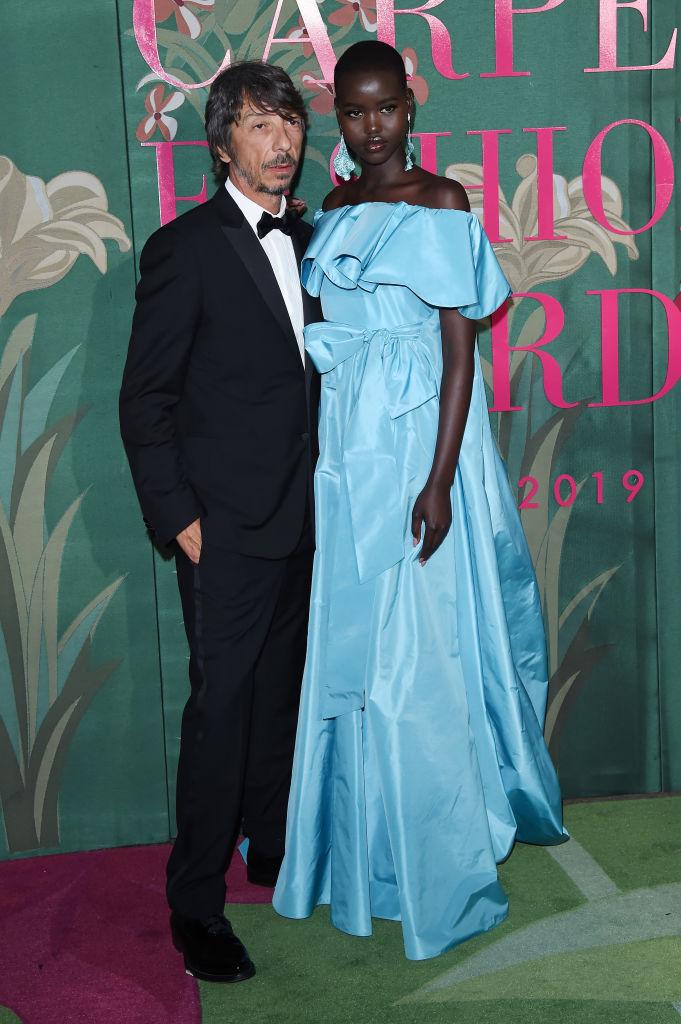 4. kép: Pierpaolo Piccioli és Adut Akech - organikus selyem Valentino ruhában