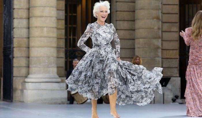 Helen Mirren mezítláb vonult a L'Oreal divatshow-ján